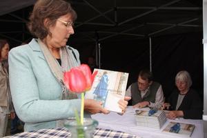 Elisabeth Svalin Gunnarsson köper nya boken. Hon skriver själv om Karin Larssons arbete med trädgården.