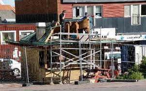 Hökargrillen i Hedemora brann 2008 och rivs här 2009. Ändå fortsatte leveranserna till Grillen i Medabfoods bokföring.FOTO: PER SÖNNERT