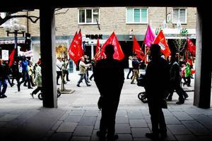 Demonstranterna gick Prästgatan fram innan de stannade på Stortorget för att lyssna på tre talare.
