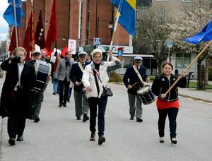 Demonstrationståget, med Mikael Damberg i mitten, har påbörjat sin färd mot hembygdsgården.Foto: Samuel Borg
