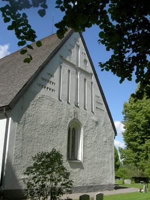 Härnevi kyrka med fina kalkmålningar.