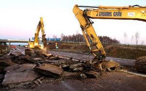 Som stora urtidsdjur bökar grävmaskinerna upp vägbana vid Naglarbyviadukten. Foto: Johnny Fredborg