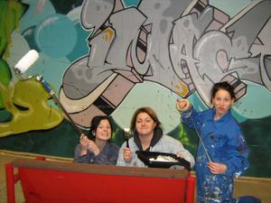 En bild på en av väggarna i kafeterian innan den målades om och utsmyckades av eleverna.