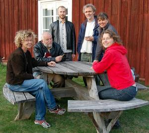Samspråk. Konstnärerna bakom Samspråk i just samspråk utanför Ottilia Adelborgmuseet. Det är från vänster Kerstin Bergman, Yngve Mauritsson, Petter Börjesson, Anders Rundqvist, Birgitta Steger, och Margareta Marjeta .