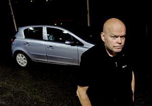 Trots att flera år var kvar på avtalet sa landstinget upp avtalet med Taxi Juniskär som körde taxiresor med bårkapacitet med jourtjänstgöring på nätterna. Nu tvingas i stället ambulanser rycka ut ibland och köra hem patienter från akuten.– Det här går ut över patienterna, säger Anders Fuhrberg, som tvingades sälja sin bårtaxibil.