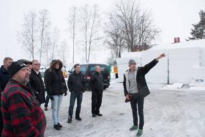 Byggledaren Andreas Östblom visar upp Perslundaskolan för kommunstyrelsens medlemmar.