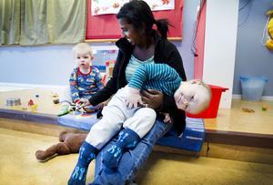 Milian Wester-Lindskog, 15 månader, får vänja sig vid att ty sig till andra vuxna än mamma och pappa nu när han börjar på förskolan. Här har han krupit upp i famnen på barnskötare Eva Sandin Jurell som leker med Melvin Jäderberg.