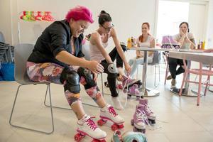 Första passet på rullskridskor för Pink Ladies serveringspersonal.