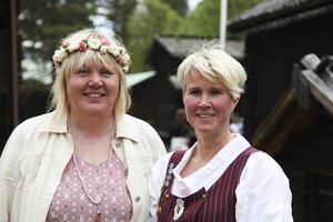 Lotta Eriksson och Birgitta Jönsson styrde upp midsommardansen.