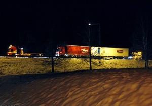 Vid 18-tiden inleddes bärgning av lastbilen.