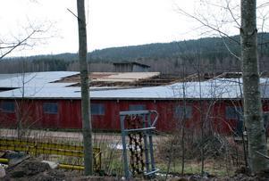 Cirka en tredjedel av ladugårdstaket blåste av.