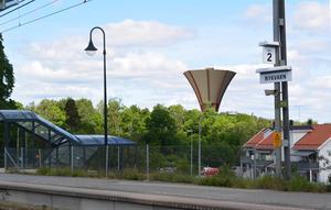 Nykvarns eget vattentorn, ett stenkast från stationen, är försenat. Men 2019 ska det kunna stå klart. Tanken är fortfarande att bygga enligt förslaget Kantarell. Bild: Nykvarns kommun