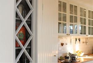 Över ytterdörrarna satt ett dekorationsfönster, numera en vacker detalj på skafferiet.