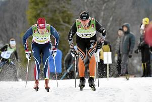 Axel Ekström i Garphyttedressen mot Calle Halfvarsson i fjolårets premiär i Bruksvallarna. I år skulle båda ha kört Tour de ski, men Halfvarsson har blivit sjuk och ersatts av Anton Lindblad (arkivfoto).