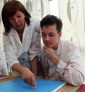 Christoffer Lundgren, 15, får hjälp av sin  lärare Cornelia Matthias.