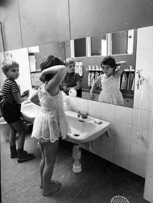 Hygienen är en viktig detalj som inte försummas på daghemmen i Västerås. Inventiösa toalettrum, avpassade för de olika åldrarna, finns överallt. Här gör sig Dan och Susanna på Hammarby i ordning efter middagsvilan.