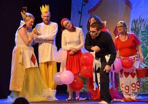 När det visar sig att det var av kärlek som prins Spader kidnappade prinsessan Ruter får pjäsen ett lyckligt slut.