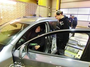 Efter avslutad yrkeshögskoleexamen ska studenterna ha lärt sig utföra kvalificerat felsöknings- och diagnosarbete inom fordonsbranschen. Ludvig Wiklund och Josefin Larsson synar resultaten av en mätning.