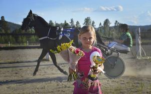 Mamma Linda Fastesson (i bakgrunden) vann lopp 2 med hästen Gekko. Men Gekko var lite för bångstyrig för segerceremonin, så Lindas dotter Tuva fick ta över showen. En stolt Tuva skötte segerintervjun och tog emot priserna. Mamma Linda blev dessutom årets champion.