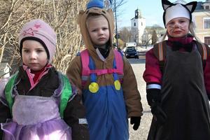 Amanda Nordén, Jolin Lindblom och Emmy Elfstrand hade hittat en fin klänning, Bamse-mundering och kattmundering som de hade tagit på sig.