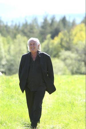 – Jag lovade mig själv att aldrig glömma de 7500 kronorna jag fick av Författarförbundet när jag bodde i Oslo i 20-årsåldern och inte hade några pengar kvar, säger han. Nu har han verkligen betalat tillbaka.