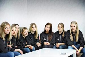 Ledsna. 75 000 intjänade kronor kan ha gått upp i rök för de här tjejerna.