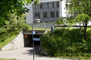 Tunneln under vägen vid Bolagsverket rivs och ersätts av en ny bredare port under vägenför gående och cyklister på Trädgårdsgatan.