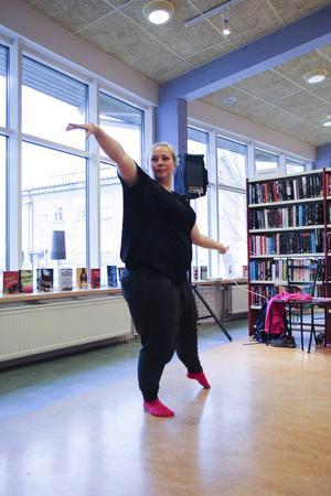 Annamarie Elmelid dansar sin ton- och sångsatta dikt.