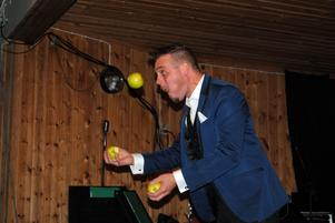 Under trollkonstnären Gastons kvällsföreställning jonglerade han samtidigt som han tog en tugga av varje äpple vid varje uppkast.