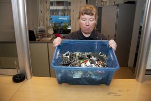 BORT TAPPAT.   Aministratören Anette Gustafsson visar upp en låda med upphittade nycklar. Foto: Magnus Östin