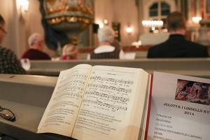 Julpsalmerna värmde själ och hjärta i kyrkbänkarna. Kyrkans värmepaket tog hand om kroppen.