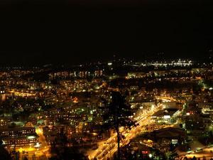Vy över Örnsköldsvik by night.