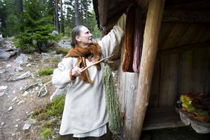 Marie Andersson bland textilierna och växtfärgningen.