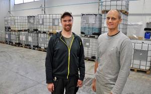 Lars Eklund och Karl Johan Winberg, Invekta Green, framför behållare av det slag som landsttinget i söndags hämtade vatten i i Gällö.