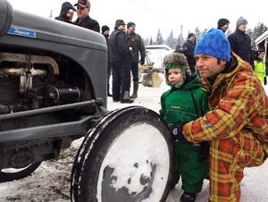 Erik och Wiggo Widlund spanar in en gammal veterantraktor. BILD: SAMUEL BORG
