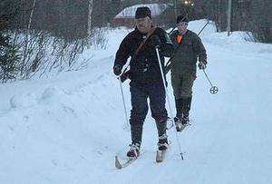 Spårare på skidor följer spåren efter björnen