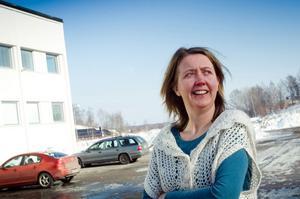 HÄNGIVEN. Forskaren Maria Vallström bor och jobbar i Söderhamn och har i många år studerat olika industrisamhällen. I sin senaste studie tittar hon närmare på Hofors, Norrsundet och Ljusne och vänder och vrider på begreppet bruksanda. Foto: Daniel Nilsson, Söderhamnskuriren.