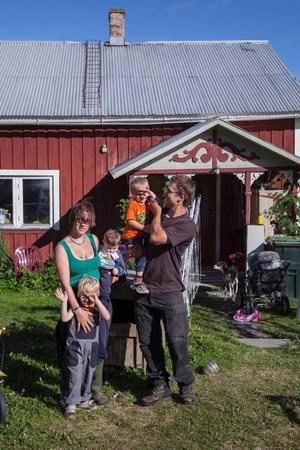 Om två år hoppas Anita och Manuel Wetter att det ska vara affärsmässig snurr på alla verksamheter på gården i Skärvången. Krångligast med flytten till Sverige var uppehållstillståndet.