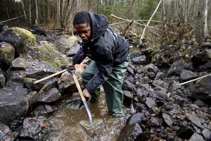 Det kalla vattnet var ingenting som stoppade Francis Chukwunalu som grävde djupa dammar för havsöringen att vila i.