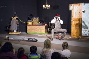Till barnens stora förtjusning cyklar Victor, spelad av Daniel Oja, på en jätteliten cykel.
