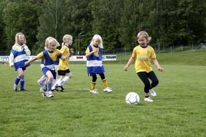 Närkamp. Fotbollsskolan innehöll både fotbollsmatcher, bollövningar och lek.