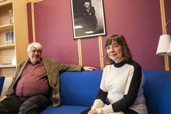 Mankellstipendiet ger ro att skriva. Här tillsammans med Mats Haldosén som leder skrivklubben i Härjedalen.