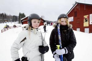 PÅ SKOLRESA. Malin Grönlund och Ida Lindberg från Norrtälje är på skolresa till Kungsberget. Sportlov får de först nästa vecka.