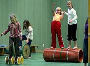 Barnen på Vallhovsskolans fritids i Sandviken går på Unga Örnars cirkusskola en gång i veckan. Då är det balansövningar som gäller. Emma Berglind och Malin Asplund, båda 9 år, är kompisar och tränar tillsammans. Foto: LEIF JÄDERBERG