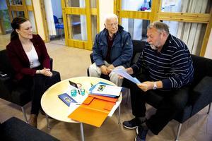 Föreningen utveckla Härnösand överlämande 1400 namnunderskrifter till samhällsnämndens ordförande Sara Nylund. På bilden syns Evert Ljungström och Uno Gradin.