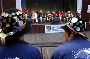Veteraner. Om man har en hatt fylld med pinnålar från dragspelsstämmor, då var man självklart på Mellstadraget i går. Foto:Johan Larsson