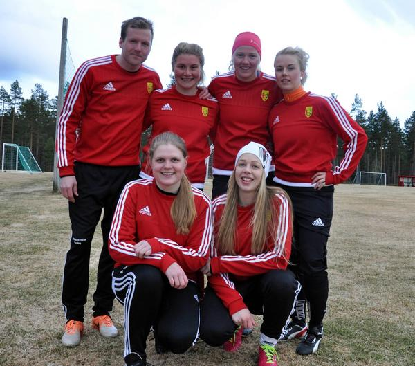 Tränaren Tobias Andersson gläds åt att ha en mycket större trupp att förfoga över den här säsongen. På bilden ses han tillsammans med några av nyförvärven från Vemdalen, Michaela Bäckström, Sara Brandén, Kajsa Thunell, Frida Romppala och Cecilia Lilja.
