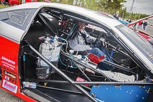 Benny Strand visar upp sin och Pelle Hallgrens drag racingbil som i grunden är en Chevrolet med platstkaross.