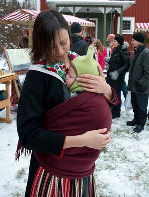Malin Morales med sonen Hugo, fem månader, på marknadsbesök.