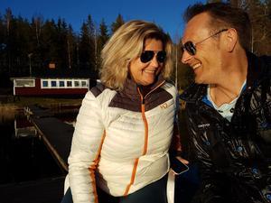 Anna Smidström och hennes käreste Tommy Sørensen vid hennes föräldrars stuga.